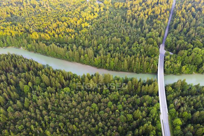 Vista aérea da ponte Tattenkofen sobre o rio Isar perto de Geretsried, Reserva Natural Isarauen, Alta Baviera, Baviera, Alemanha — Fotografia de Stock