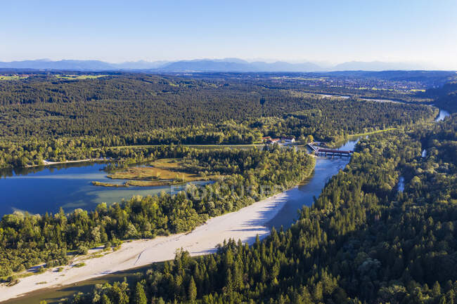 Alemania, Alta Baviera, Icking, Vista aérea de IckingerWeiherlake rodeado de un vasto bosque verde - foto de stock