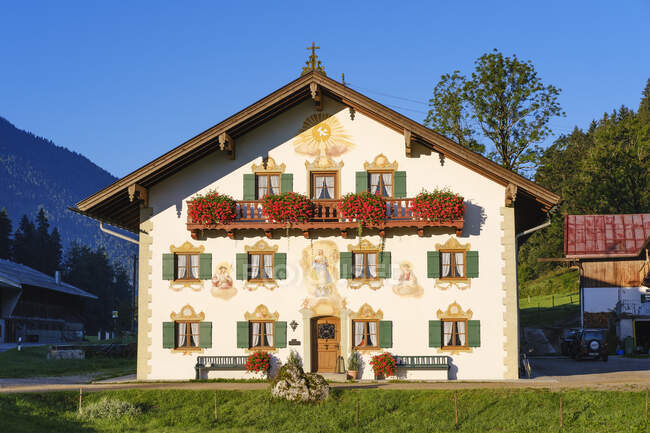 Alemania, Baviera, Alta Baviera, Isarwinkel, Jachenau, casa rural con frescos de Franz Karner - foto de stock