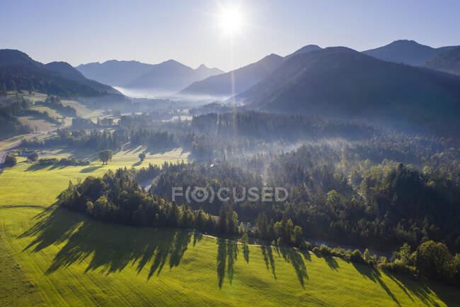 Alemanha, Baviera, Alta Baviera, Isarwinkel, Jachenau, paisagem rural em nevoeiro ao nascer do sol — Fotografia de Stock