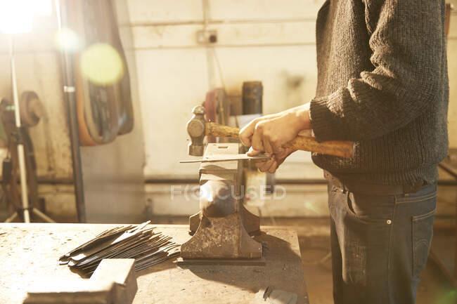 Homem fazendo facas em uma oficina — Fotografia de Stock