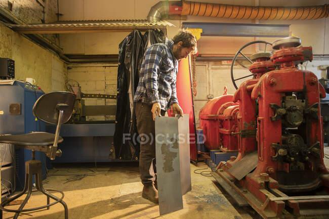 Trabalhador de metal trabalhando em oficina — Fotografia de Stock