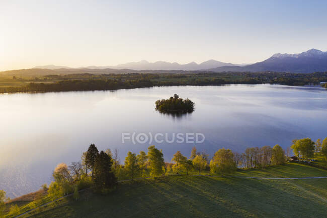 Germany, Bavaria, Aerial view of Muhlworth islet in Staffelsee lake at dawn — Stock Photo