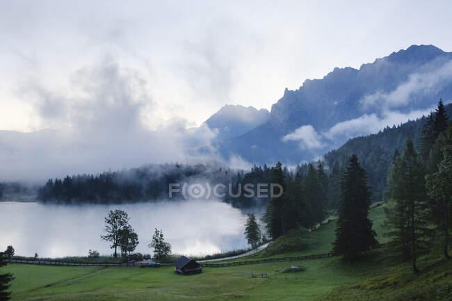 Germania, Baviera, Mittenwald, Mattina nebbiosa al lago di Lautersee — Foto stock