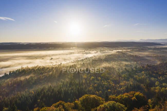 Німеччина, Баварія, Верхня Баварія, природний заповідник Ісарауен, вигляд річки Ізар на світанку — стокове фото