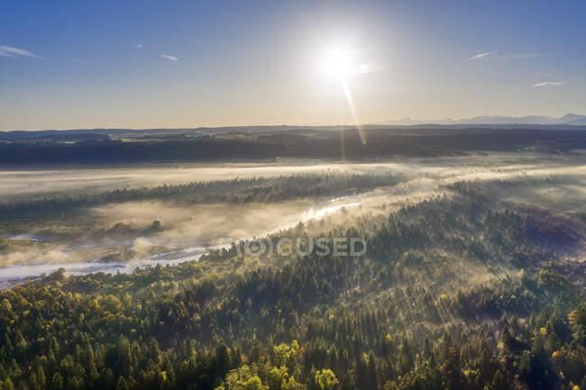 Alemanha, Baviera, Alta Baviera, Reserva Natural Isarauen, Vista aérea do rio Isar ao nascer do sol — Fotografia de Stock