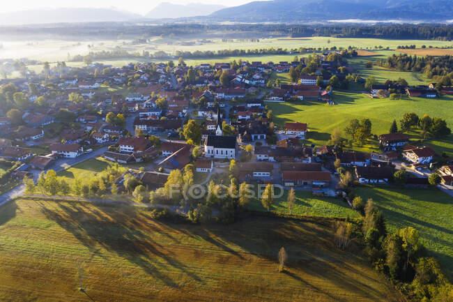 Germania, Baviera, Alta Baviera, Toelzer Land, Sachsenkam, Veduta aerea del villaggio — Foto stock