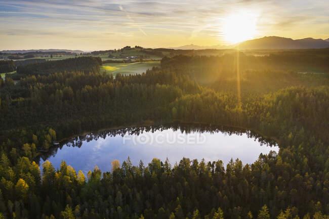 Germany, Bavaria, Upper Bavaria, Pfaffenwinkel, Steingaden, nature reserve Klapperfilz, Moorsee at sunrise — Stock Photo
