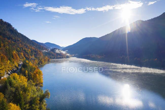 Germany, Bavaria, Lenggries, Sun shining over Sylvenstein Reservoir — Stock Photo