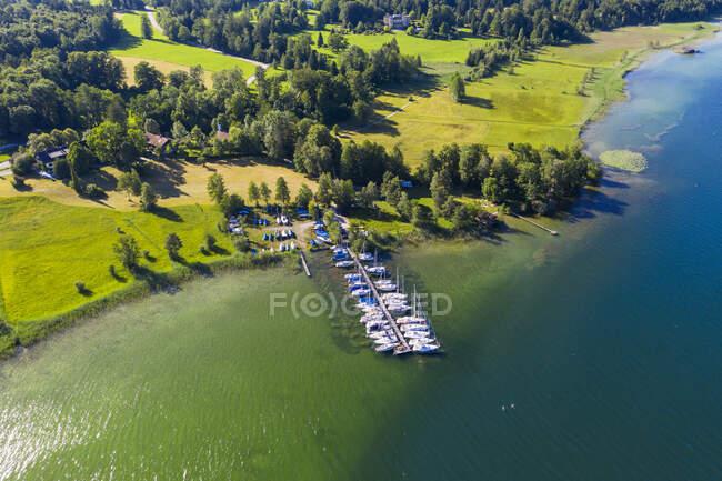 Alemanha, Baviera, Seeshaupt, Vista aérea de barcos ancorados ao longo do molhe na costa verde de LakeStarnberg — Fotografia de Stock