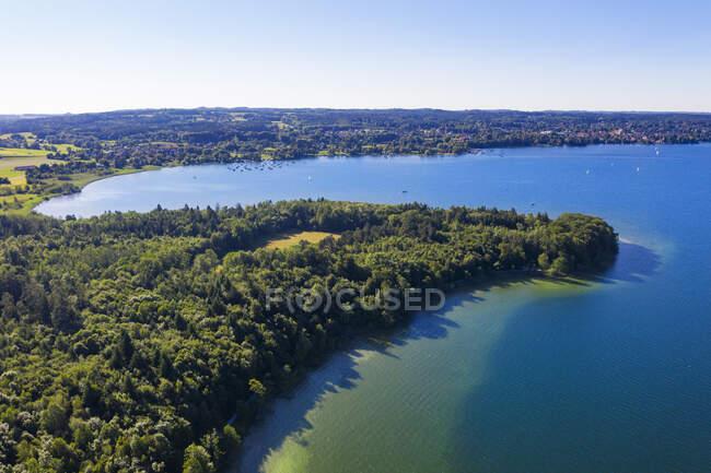Germania, Baviera, Veduta aerea della verde sponda boschiva del lago Starnberg — Foto stock