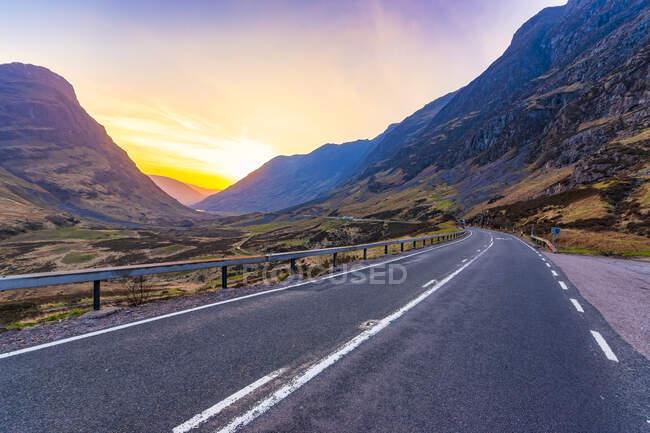 Empty road at Glencoe against sky during sunset, Highlands, Scotland, UK — Stock Photo