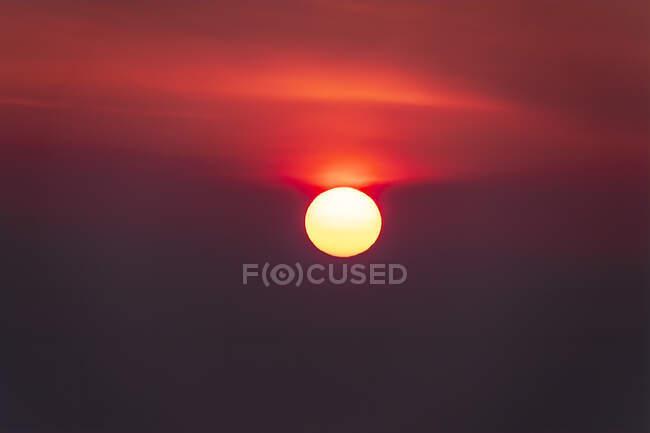 Idilliaco colpo di sole contro il cielo nuvoloso durante il tramonto, Isola di Skye, Highlands, Scozia, Regno Unito — Foto stock