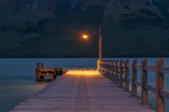 Пирс в вечернее время, Гленорчи, Южный остров, Новая Зеландия — стоковое фото