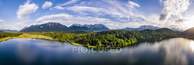 Germany, Bavaria, Scenic panorama of Wetterstein mountains and Barmsee lake at sunset — Stock Photo