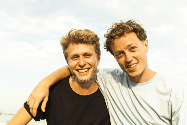 Ritratto di giovani uomini biondo fragola — Foto stock