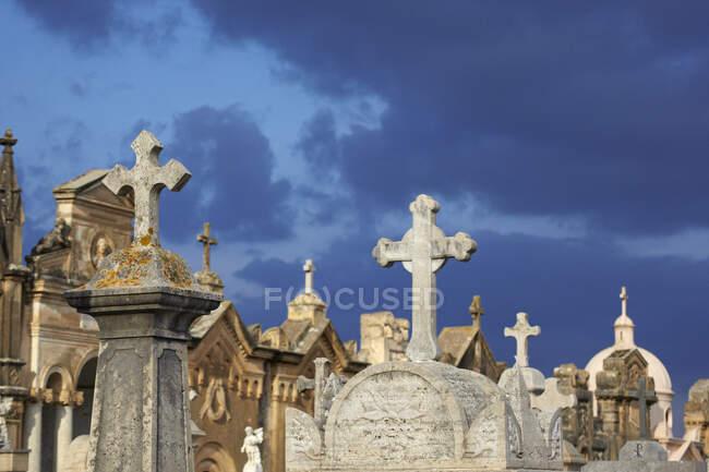 Italia, Sicilia, Alcamo, lápidas contra el cielo malhumorado - foto de stock