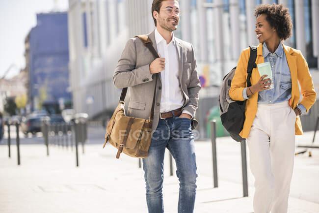 Молодий чоловік і жінка в місті в дорозі — стокове фото