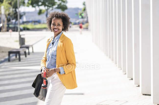 Портрет усміхненої молодої жінки в місті. — стокове фото