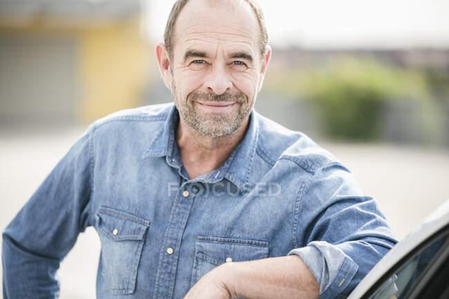 Retrato de homem maduro sorridente ao ar livre — Fotografia de Stock