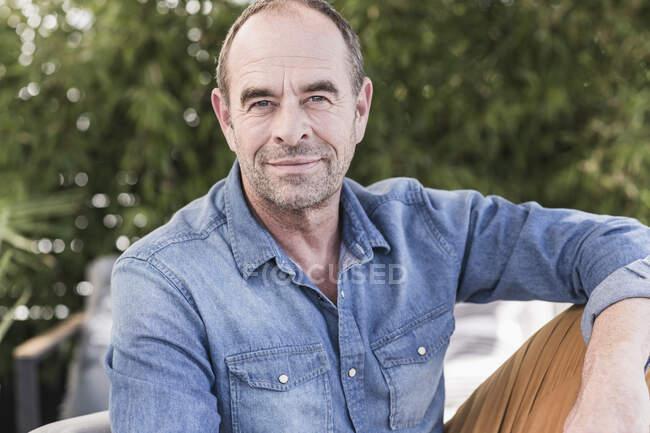 Porträt eines lächelnden reifen Mannes im Freien — Stockfoto