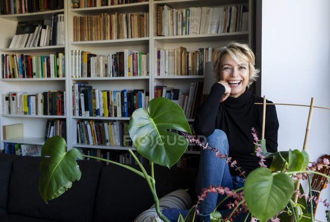 Портрет счастливой зрелой женщины, отдыхающей дома — стоковое фото