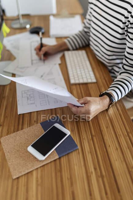 Закриття жіночого архітектора, який працює над проектом у себе вдома. — стокове фото