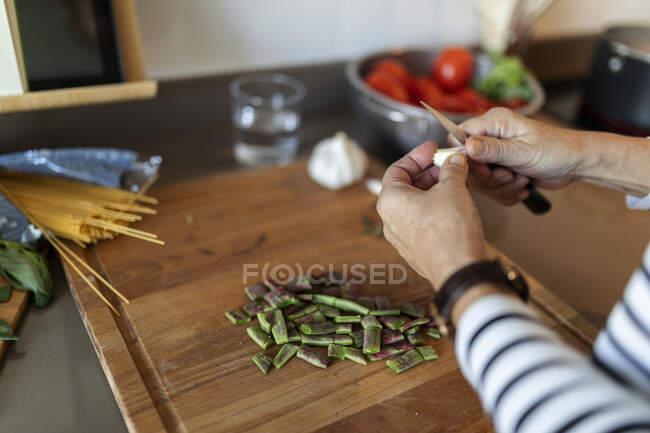 Close-up de mulher cozinhar na cozinha em casa cortar legumes — Fotografia de Stock