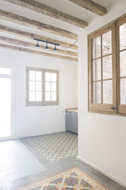 Apartamento con suelo de baldosa en Barcelona, España - foto de stock