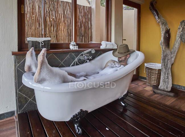 Людина, яка відпочиває в ванній. — стокове фото