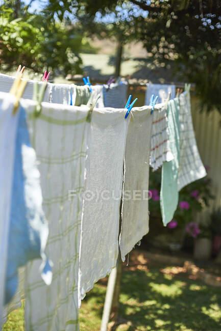 Secagem de roupa em um varal ao ar livre — Fotografia de Stock