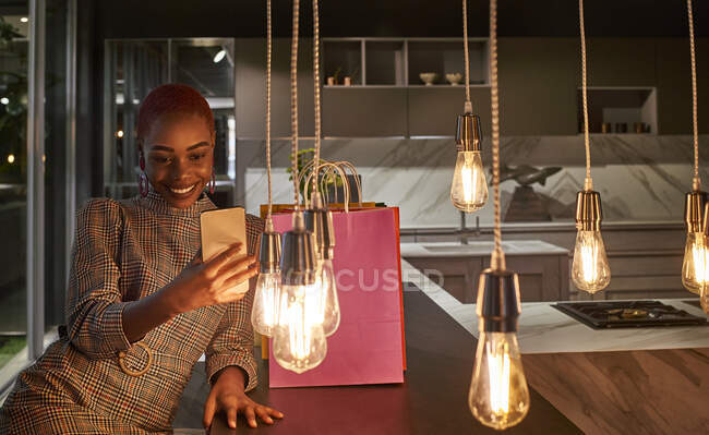 Mujer joven tomando una selfie con su teléfono celular después de comprar - foto de stock