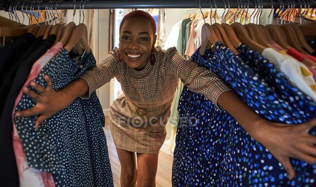 Жінка між висячим одягом — стокове фото