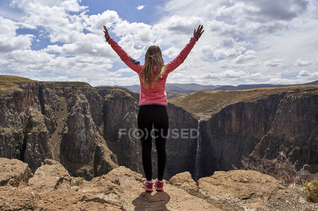 Woman standing on top of a hill at Maletsunyane Falls enjoying the view, Lesotho — Stock Photo