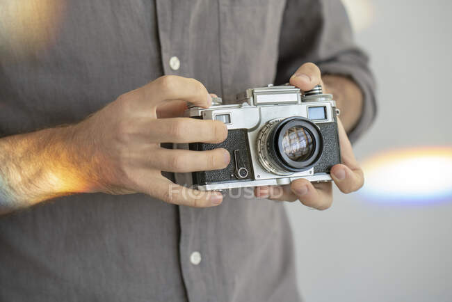 Close-up of man holding old-fashioned camera — Stock Photo
