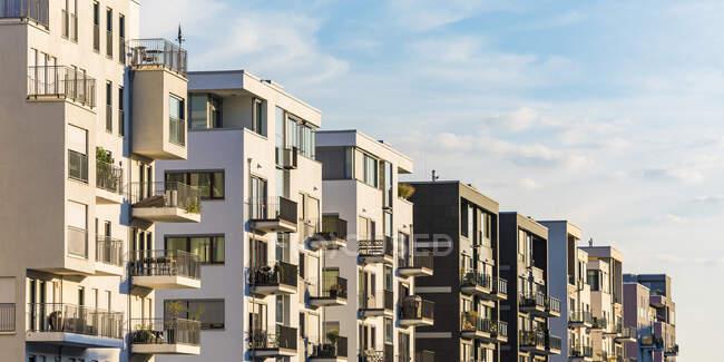 Внешний вид современных жилых зданий против неба во Франкфурте, Германия — стоковое фото