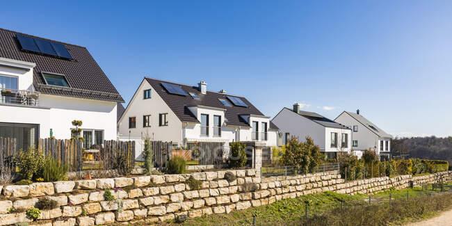 Case con pannelli solari sul tetto contro il cielo blu chiaro, Baden-Wrttemberg, Germania — Foto stock