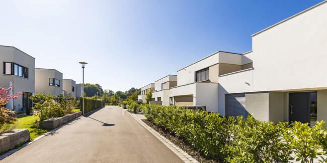 Germany, Bavaria, Neu-Ulm, Rows of suburb houses and empty street — Stock Photo