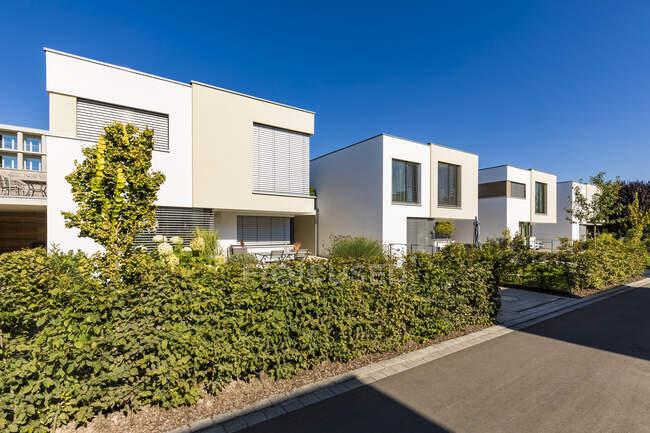 Germany, Bavaria, Neu-Ulm, Front yard hedges of suburb houses — Stock Photo