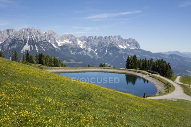 Vista panoramica del lago di Hartkaiser contro le montagne Kaiser, Tirolo, Austria — Foto stock