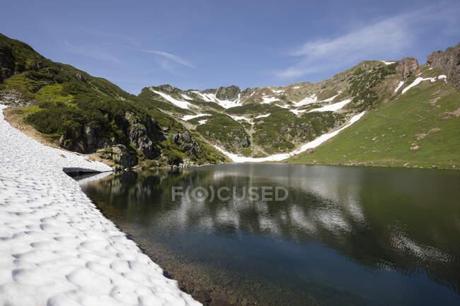 Живописный вид на дикую природу и горы зимой в Фаберже, Фель, Тироль, Австрия — стоковое фото