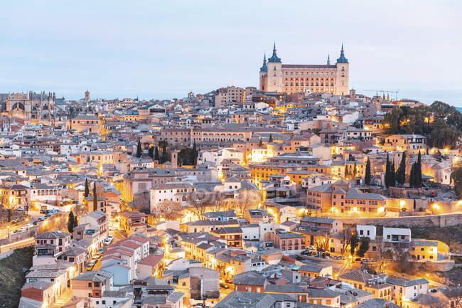 España, Provincia de Toledo, Toledo, Vista aérea de la ciudad iluminada al amanecer - foto de stock