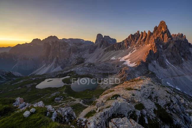 Veduta panoramica delle Tre Cime Di Lavaredo e Paternkofel contro il cielo limpido al tramonto, Italia — Foto stock