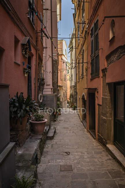 Narrow alley in Vernazza, Liguria, Italy — Stock Photo
