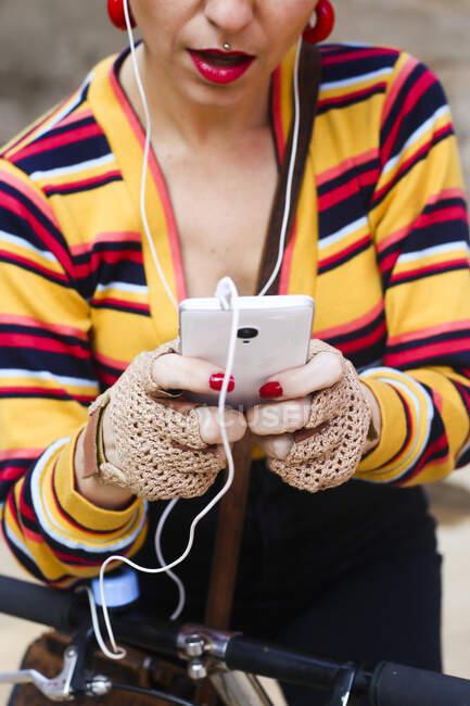 Mãos de mulher segurando smartphone, close-up — Fotografia de Stock