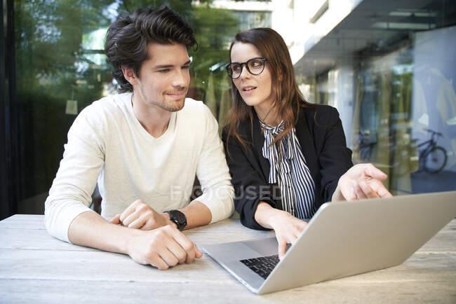 Geschäftsmann und Geschäftsfrau mit Laptop-Treffen in der Stadt — Stockfoto