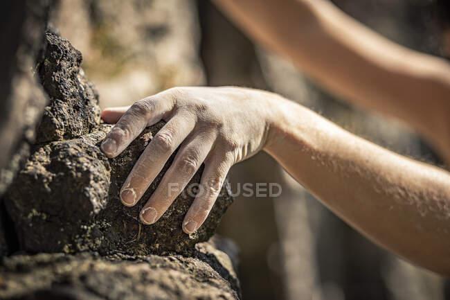 Mulher alpinista, mão sobre pedra — Fotografia de Stock