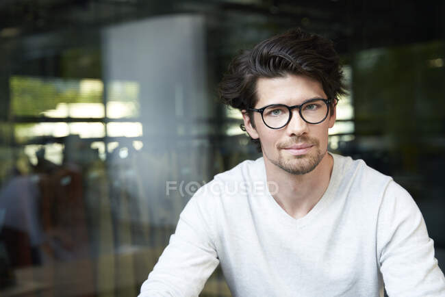 Portrait of confident casual businessman in the city — Stock Photo