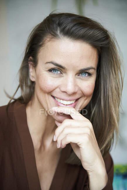 Retrato de mujer morena sonriente - foto de stock