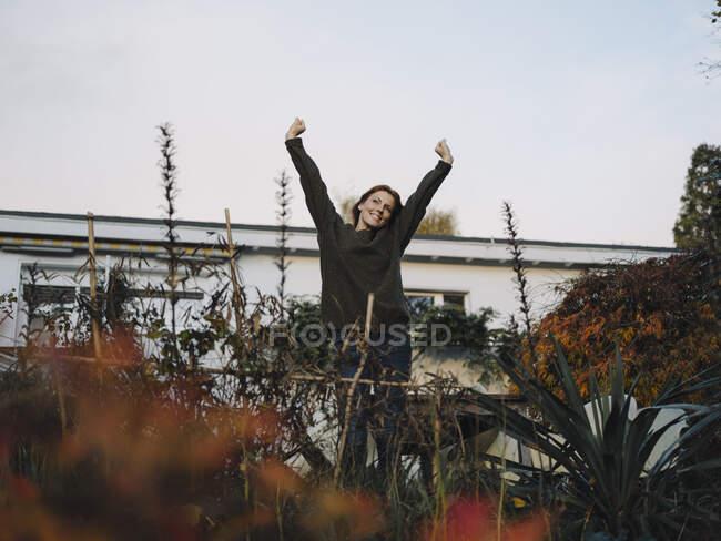 Щаслива жінка на балконі — стокове фото